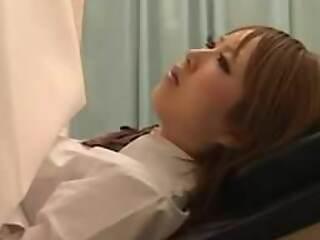 jeune japonaise s'offre a un gynecologue pervers