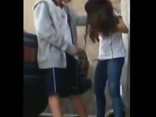 Se hace una paja en la calle mientras se besa con su novia