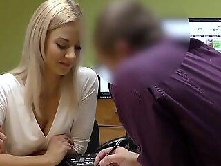 LOAN4K. Sin licencia de conducir, sexo con el agente de crédito