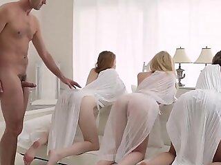 年轻的摩门教徒美女在长者私人表演期间性交