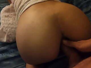 Jeune mec encule ma salope sur le lit conjugal