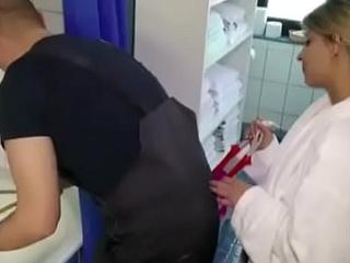 Teeny-weeny laesst sich vom Handwerker ficken wegen Rechnung